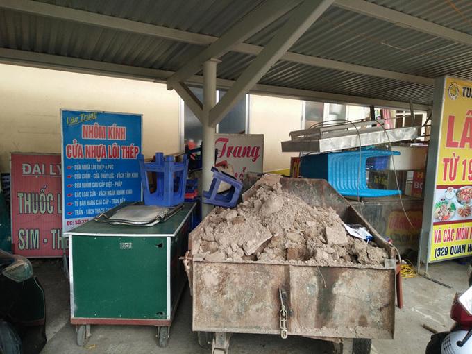 Trụ sở công an bừa bộn đồ đạc bị thu giữ do lấn vỉa hè
