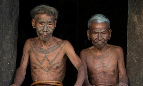 Hai chiến binh cao tuổi trong bộ lạc săn đầu người Naga. Ảnh: Sun