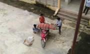 Con chở thi thể bố cuốn chiếu từ bệnh viện về nhà bằng xe máy