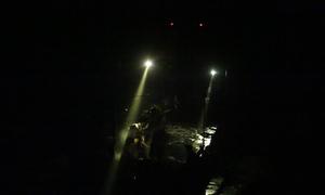 Tàu hút trộm cát hoạt động rầm rộ ngay chân cầu ở Hưng Yên