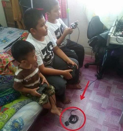 Khi bố mẹ bắt bạn cho em cùng chơi.