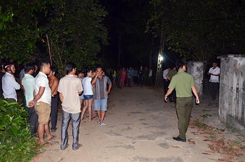 Cảnh sát khai quật tử thi và khám nghiệm hiện trường đêm 8/4. Ảnh: Thạch Thảo
