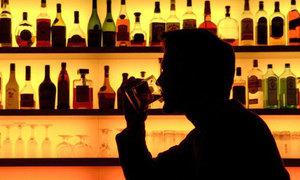 Thiếu phụ trung niên 'săn' khách Tây ở quán bar