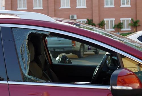 Một trong 2 ô tô bị đập vỡ cửa kình, mất tài sản. Ảnh: Nguyệt Triều