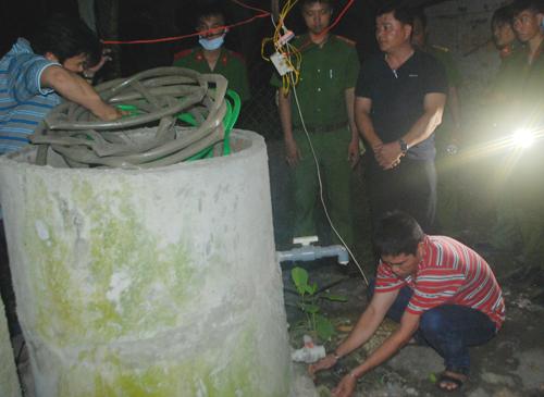Cảnh sát khai quật nơi Phúc giấu xác người vợ để điều tra. Ảnh. Long Vương