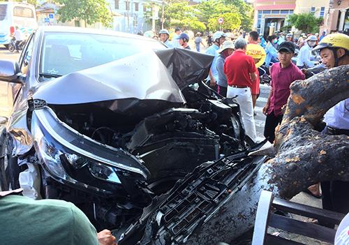 Ôtô hư hỏng sau tai nạn liên hoàn. Ảnh: Xuân Ngọc