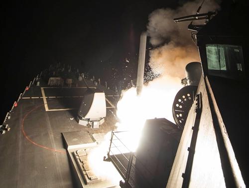Tên lửa Tomhawk được phóng từ một tàu khu trục Mỹ ở đông Địa Trung Hải hôm 7/4. Ảnh: Reuters