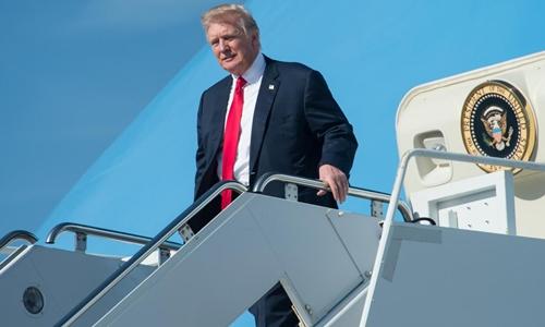 Tổng thống Donald Trump tới thành phố West Palm Beach trước khi đến khu nghỉ dưỡng Mar-a-Lago, Florida. Ảnh: AFP.