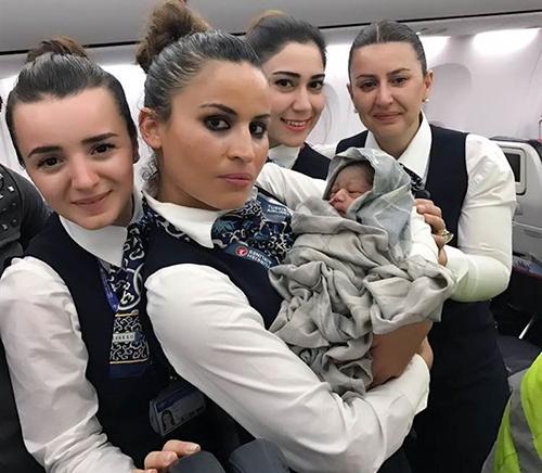 Các tiếp viên bế em bé chào đời giữa chuyến bay. Ảnh:Turkish Airlines