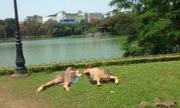 Hai nữ khách Tây mặc bikini tắm nắng bên hồ Gươm