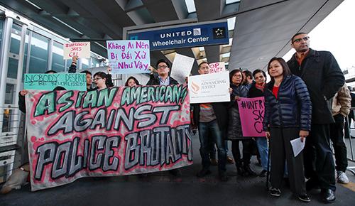 Nhóm người biểu tình tạisân bay quốc tế OHare, Chicago hôm 11/4. Ảnh: Reuters