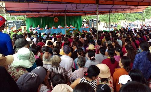 Hàng nghìn người dân trong khu vực theo dõi phiên tòa. Ảnh: Phước Tuấn