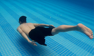 Chàng trai một chân giỏi patin, bơi lội