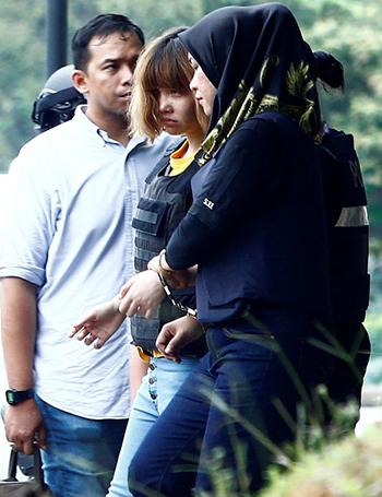 Đoàn Thị Hươngrời khỏi tòa án sau phiên tòa ngày 1/3. Ảnh:Reuters