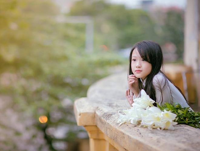 Bé gái Hà Nội đón nắng bên hoa loa kèn