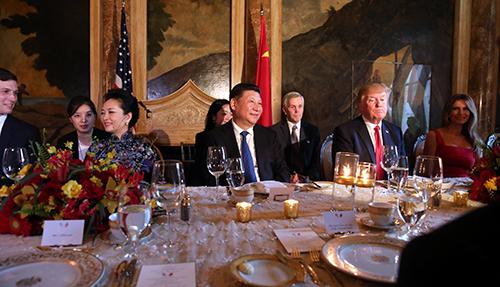 Tổng thống Trump và phu nhân tại tiệc tối thiết đãi vợ chồng Chủ tịch Tập ở biệt thựMar-a-Lago, Florida hôm 6/4. Ảnh: Reuters