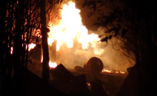 Xưởng tái chế dầu nhớt bốc cháy dữ dội trong đêm. Ảnh: Phước Tuấn
