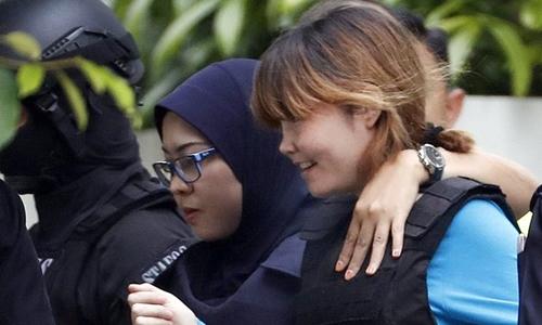 Đoàn Thị Hương được cảnh sát áp giải rời phiên tòa sáng nay. Ảnh: AP