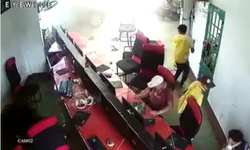 game-thu-nhay-len-ban-bo-chay-khi-oto-dam-nat-cua-quan-net