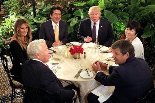 Các vi phạm về an toàn thực phẩmđược phát hiện vài ngày trước khi Thủ tướng Nhật Bản Shinzo Abe và phu nhân đến biệt thựMar-a-Lago