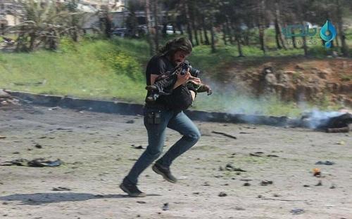 nha-bao-quy-khoc-canh-thi-the-em-be-syria-trung-bom-1