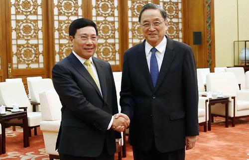 Phó thủ tướng Phạm Bình Minh bắt tay
