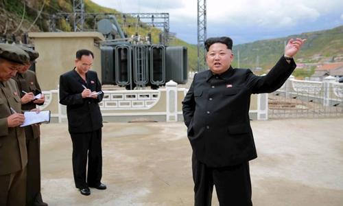 Nhà lãnh đạo Triều Tiên Kim Jong-un thăm một nhà máy điện. Ảnh: KCNA