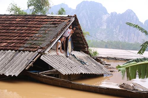 Nhiều ngôi nhà Quảng Bình chìm trong nước trong đợt lũ thứ hai 30/10  đến 7/11. Ảnh: Hoàng Táo.