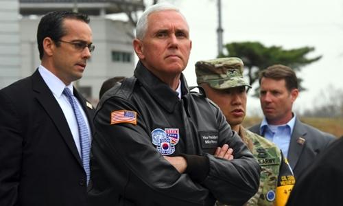 Phó tổng thống Mỹ Mike Pence đến thăm một ngôi làng gần khu phi quân sự liên Triều. Ảnh: AFP