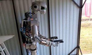 Robot Nga học cách bắn súng hai tay trước khi lên Mặt Trăng