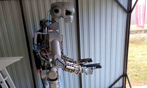 robot-nga-hoc-cach-ban-sung-hai-tay-truoc-khi-len-mat-trang