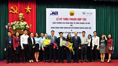 Tập thể cán bộ lãnh đạo nhà trường chụp ảnh lưu niệm cùng đại diện Ngân hàng TMCP quân đội CN Hoàng Quốc Việt và Công ty CP Tập đoàn Hoa Sao