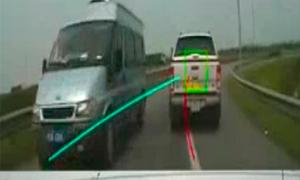 Tài xế hoảng hốt vì gặp ôtô biển xanh ngược chiều cao tốc
