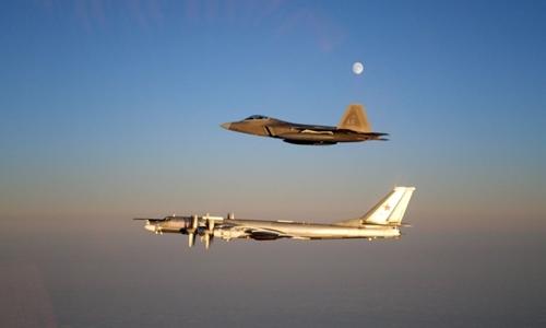 F-22 Mỹ trong một lần chặn Tu-95 Nga. Ảnh: US Air Force.