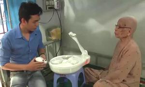 Robot đút cho người già ăn của nhóm sinh viên TP HCM