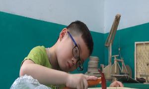 'Thợ mộc tí hon' đóng đồ chơi ở Hà Nội