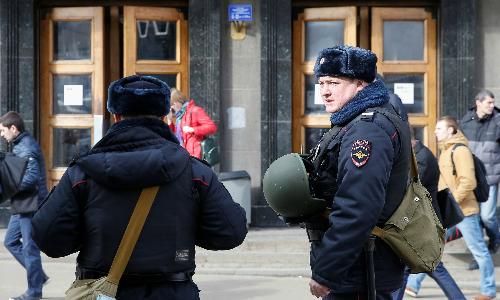 Cảnh sát Nga đứng gác bên ngoài một trạm tàu điện ngầm. Ảnh: Reuters