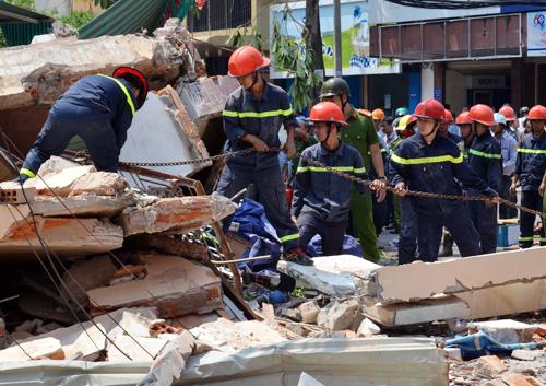 Lực lượng cảnh sát cứu hộ được huy động đến hiện trường tìm kiếm nạn nhân có thể còn mắc kẹt dưới đống đổ nát. Ảnh: Thạch Thảo