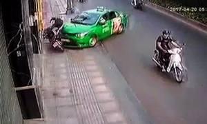 Tài xế lao ôtô vào tên cướp túi xách ở Sài Gòn