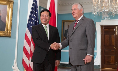 Phó Thủ tướng Phạm Bình Minh bắt tay Ngoại trưởng Mỹ Rex Tillerson. Ảnh: Bộ Ngoại giao.