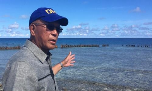 Bộ trưởng Quốc phòng Philippines Delfin Lorenzana thăm trái phép đảo Thị Tứ. Ảnh: Rappler.