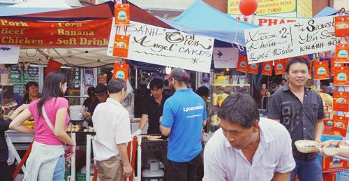 Một góc bán thức ăn trong hội chợ Tết của người Việt ở Melbourne | Photo: Daniel Le