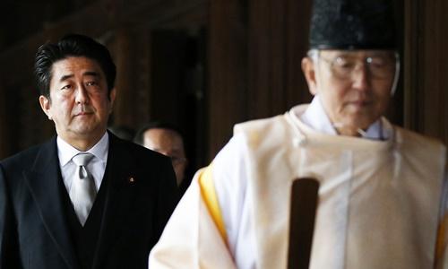 Thủ tướng Nhật Bản Shinzo Abe tới đền Yasukuni năm 2013. Ảnh: Reuters