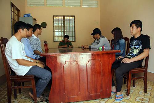 Nhóm người tổ chức tuyển vợ bị cảnh sát mời về làm việc. Ảnh: Hồng Tuyết