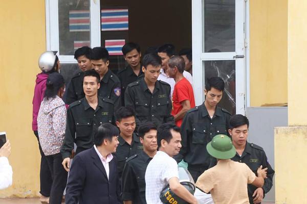 nguoi-dan-dong-tam-tha-19-can-bo-canh-sat-co-dong-page-2-2