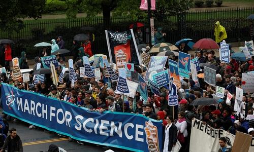 Tuần hành vì Khoa học ở thủ đô Washington ngày 22/4. Ảnh: Reuters.