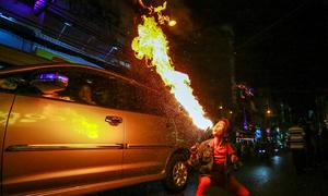 Người phụ nữ ngậm dầu phun lửa ở phố Tây Sài Gòn