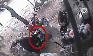 Thò tay trộm ví cốp trước xe máy trong 5 giây