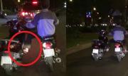 Nam thanh niên một mình lái hai xe máy