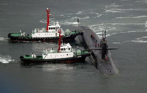 Tàu ngầm USS Michigan tới cảng Busan, Hàn Quốc. Ảnh: Reuters.